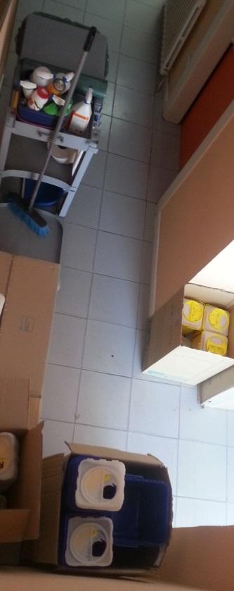 Contenedores de citotóxicos en una salida de emergencia parcialmente obstruida