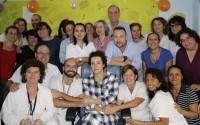 Teresa Romero a su salida del aislamiento con parte de los profesionales sanitarios que la han atendido.